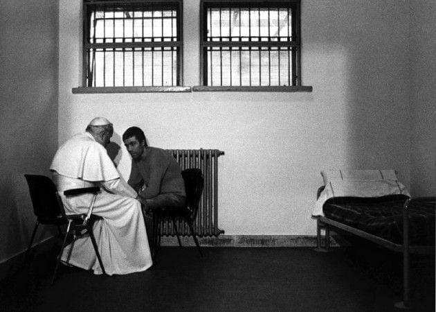 """""""Czyjaś ręka strzelała..."""" Rocznica zamachu naJana Pawła II"""
