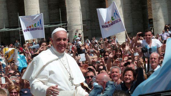 Papież zachęca Polaków do przeżywania z wiarą tajemnicy Eucharystii