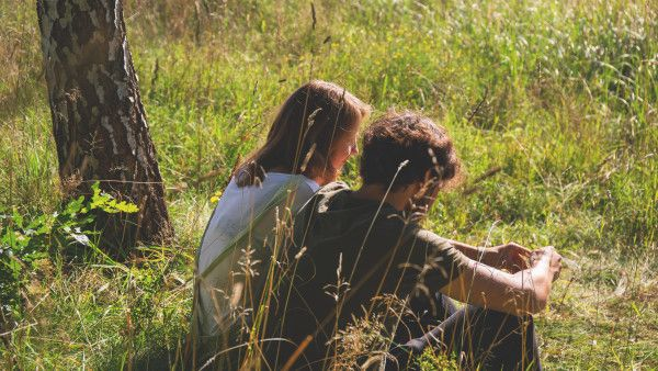 couple_sitting_in_the_meadow