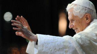 Benedykt XVI przekazał pamiątki poJanie Pawle II