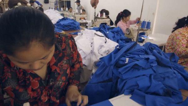 Blogerzy modowi w fabryce ubrań w Kambodży