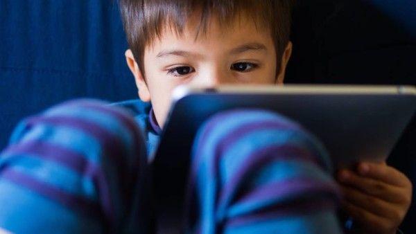Dzieciństwo w cieniu tabletów i tabloidów