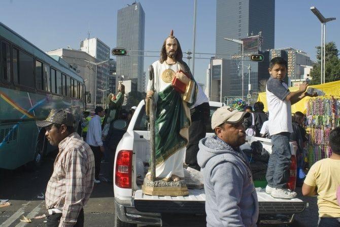 Figurka z wykręcanym Jezuskiem czyli jak wierzą Latynosi