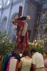 Wierni wKościele św.Dominika wcentrum Meksyku oddają cześć Chrystusowi przezpocałunki idotykanie płaszcza figury ©Corbis/FotoChannels