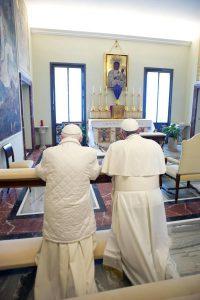Franciszek imodlitewne kolana Benedykta