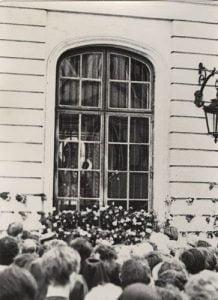 Uwięzienie kopii obrazu Matki Boskiej Częstochowskiej wArchikatedrze św.Jana Chrzciciela. Wierni zgromadzeni przedwystawionym woknie obrazem: Po20 czerwca 1966, Warszawa