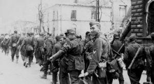 SS-mani zbrygady Dirlewangera maszerujący przezWolę wkierunku Śródmieścia, źródło: wikipedia