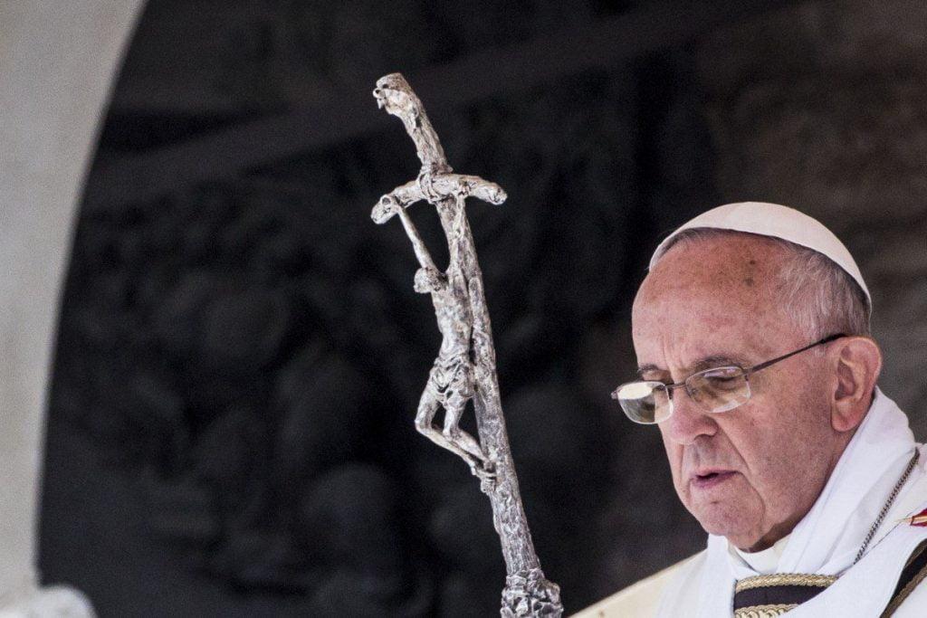 Papież zdejmuje sandały
