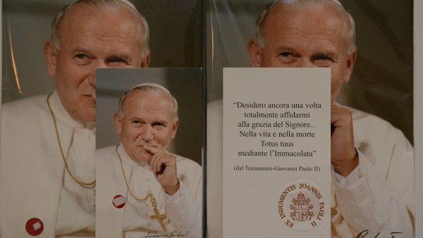 """Rzym - sprzedają """"relikwie"""" Jana Pawła II"""