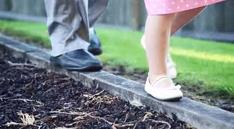 Samotny ojciec zabiera swoją córkę najej pierwszą randkę