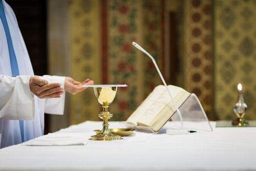 Szafarze sakramentów. Prawo księży, prawo świeckich