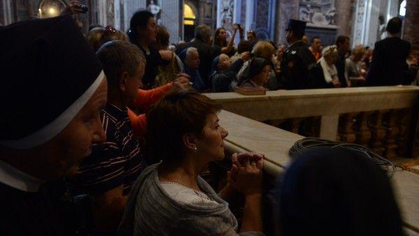 Tłumy na mszy przy grobie Jana Pawła II
