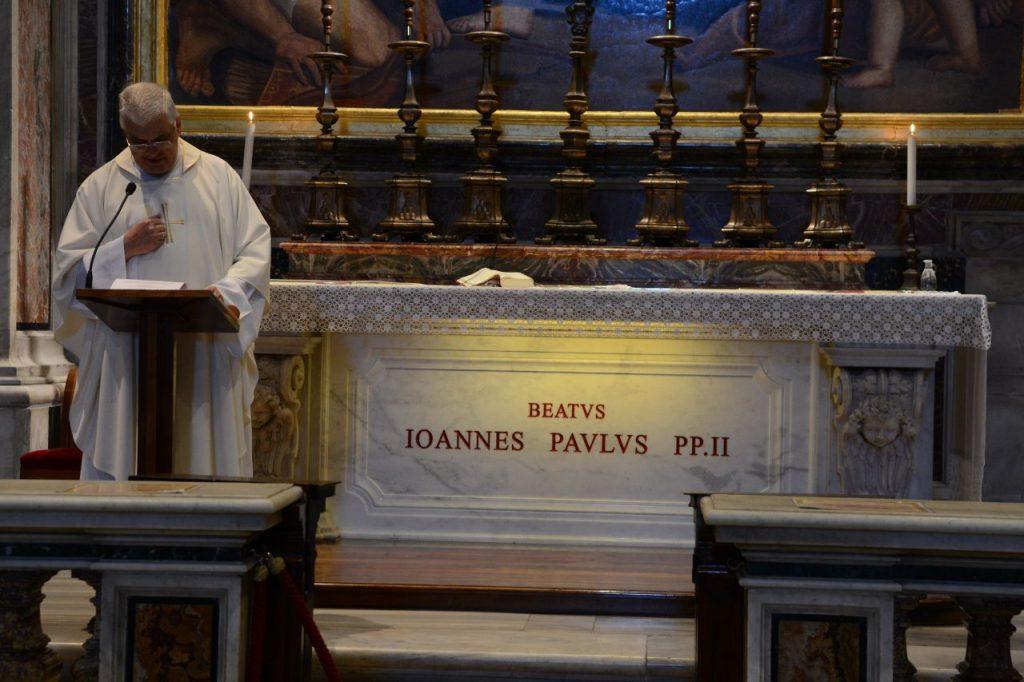 Tłumy namszy przy grobie Jana Pawła II