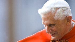 Benedykt XVI milczy, alewiele daje Kościołowi