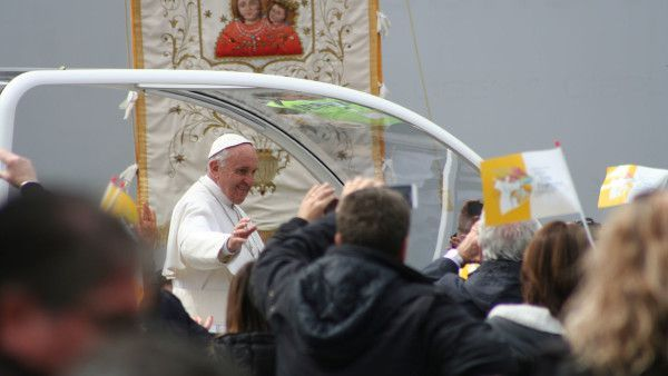 Apel Papieża: Niech każda parafia przyjmie uchodźców!