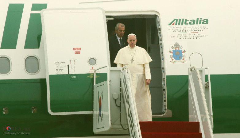 Korea_Pope_Francis_Arrive_Seoul_Airport_01