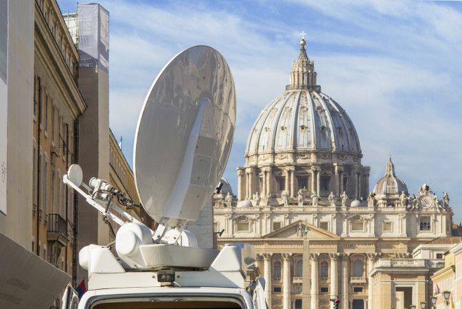 Cupola di San Pietro e antenna parabolica