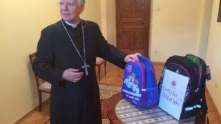 """Abp Jędraszewski wsparł akcję Caritas """"Tornister pełen uśmiechów"""""""