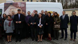 Biedronka przekazała samochody dla Caritas
