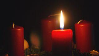 INiedziela Adwentu: zapalamy pierwszą świecę wadwentowym wieńcu