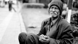 Wzielonych strojach Mikołajów pomagają bezdomnym