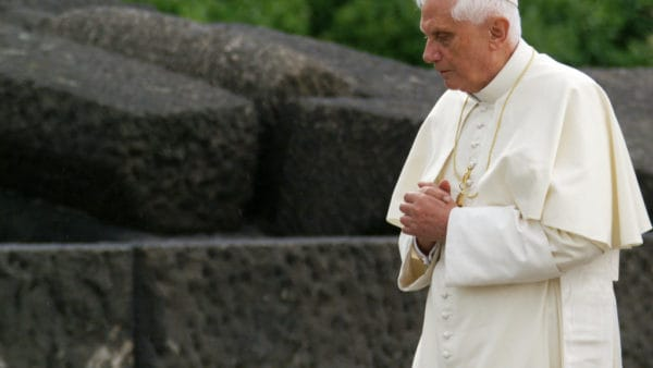 """Benedykt XVI: """"Jest tylkojeden papież inazywa się Franciszek"""""""