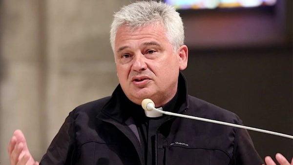 Papież Franciszek ikard. Krajewski modlili się zaksiędza ugodzonego nożem weWrocławiu
