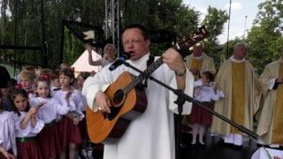 Abp Ryś gra iśpiewa piosenkę obiblijnym potopie [WIDEO]
