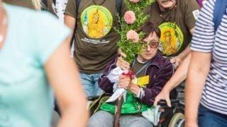Bezdomni opiekują się niepełnosprawnymi pielgrzymami