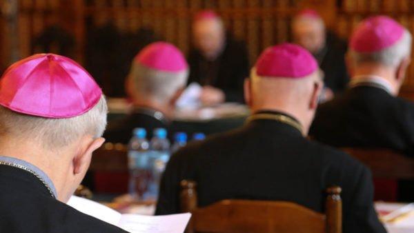 Biskupi cieszą się zsilnej pozycji rodziny wdeklaracjach Polaków