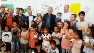 Kard. Krajewski przekazał papieskie lody dla dzieci migrantów