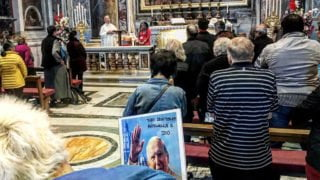 Tłumy wiernych przy grobie św.Jana Pawła II