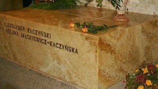Prezydent RP modlił się naWawelu przy sarkofagu Lecha iMarii Kaczyńskich
