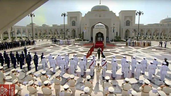 Królewska oprawa ceremonii powitania papieża wEmiratach
