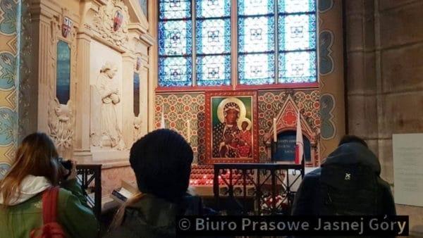 Notre-Dame: Ocalała kopia Ikony Jasnogórskiej irelikwie Jana Pawła II