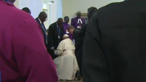 Przednimi klęczał Franciszek. Pierwsze pojednania wSudanie Południowym