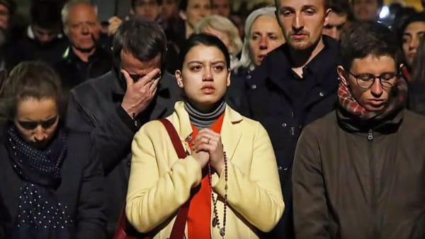 Katedra płonie, paryżanie modlą się śpiewem [VIDEO]