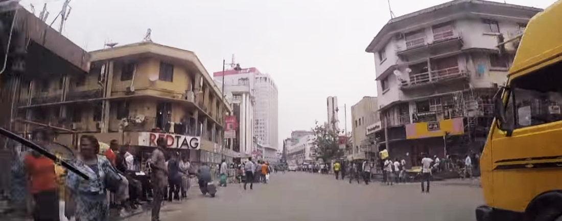 Spotyka się z nigeryjskim mężczyzną