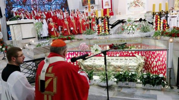Generał jezuitów przy relikwiach św.Andrzeja Boboli