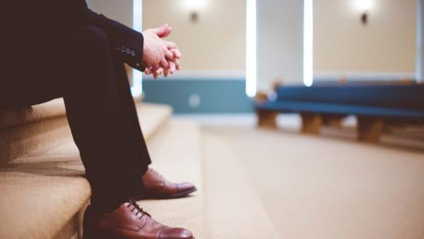 Zwykły katolik patrzy nazło wKościele