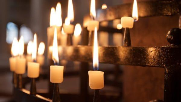 Wierni modlą się wintencji tragicznie zmarłego jezuity o. Piotra Matejskiego