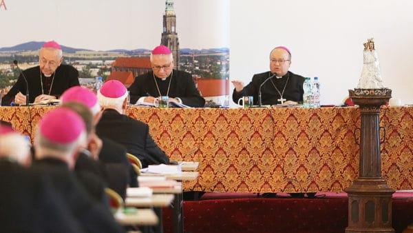 Kim jest abp Scicluna, któryszkoli dziś polskich biskupów?