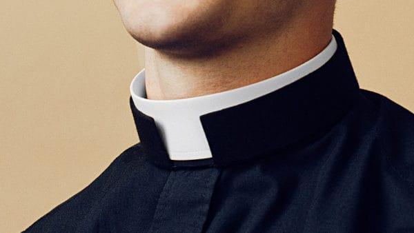 Francuscy kapłani powracają do noszenia sutanny